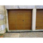Puerta seccional imitacion madera clara peatonal