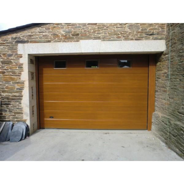 Puerta seccional imitacion madera clara con ventanas