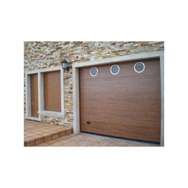 Puerta seccional madera oscura