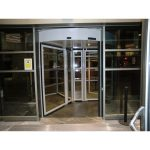 Exterior puerta cristal giratoria tres aspas