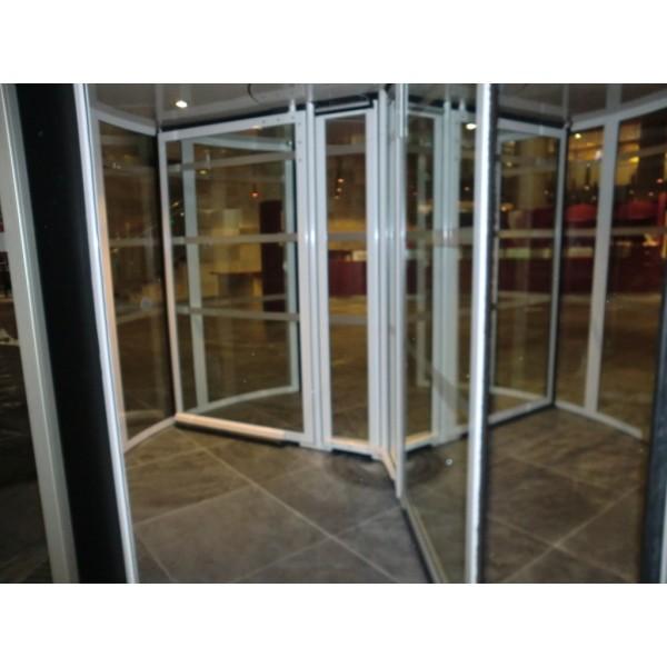 Interior puerta cristal giratoria tres aspas
