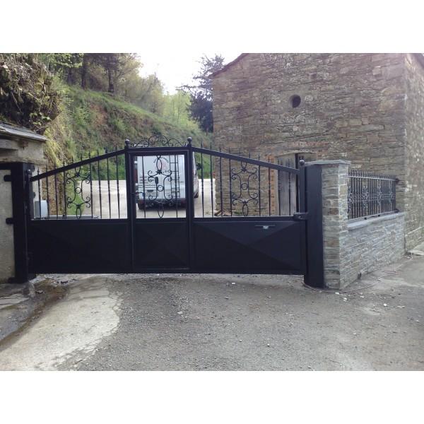 Puerta batiente con baluarte reforzado con puerta peatonal incorporada