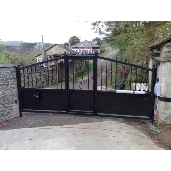 Puerta batiente con baluarte reforzado con puerta peatonal