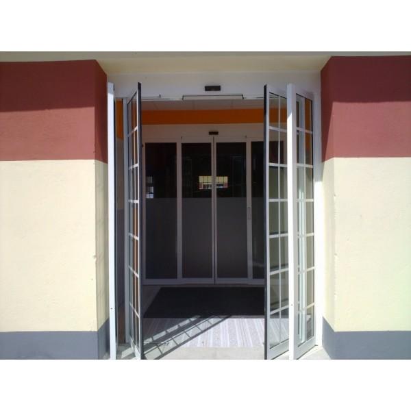 Puerta corredera de cristal con sistema antipánico
