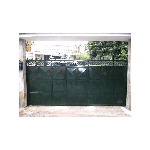 Puerta corredera ciega en chapa con puerta peatonal incorporada