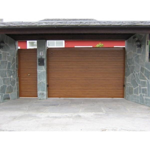 Puerta corredera panel sandwich con puerta peatonal