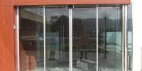 Puerta cristal corredera mecanismo oculto exterior