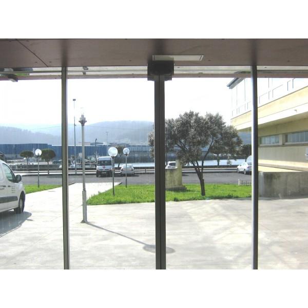Puerta de cristal corredera con mecanismo oculto for Puertas aluminio interior cristal