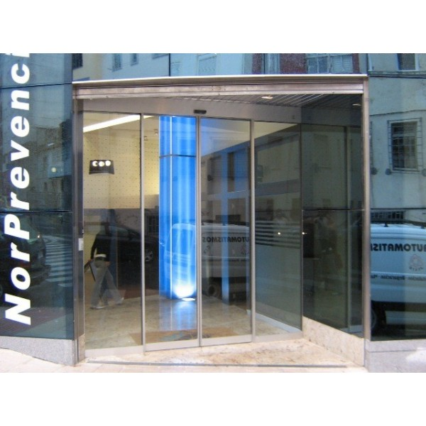Puerta de cristal corredera con perfiler a de aluminio for Puerta corredera aluminio exterior