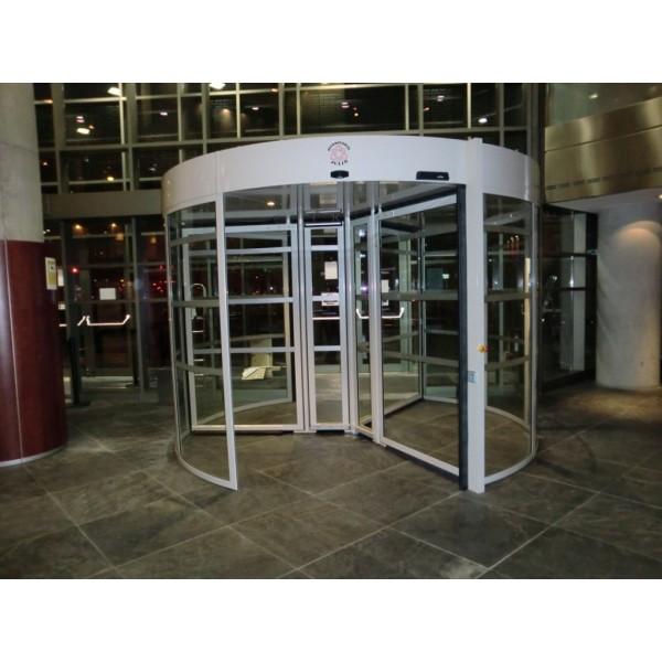 Puerta cristal giratoria tres aspas