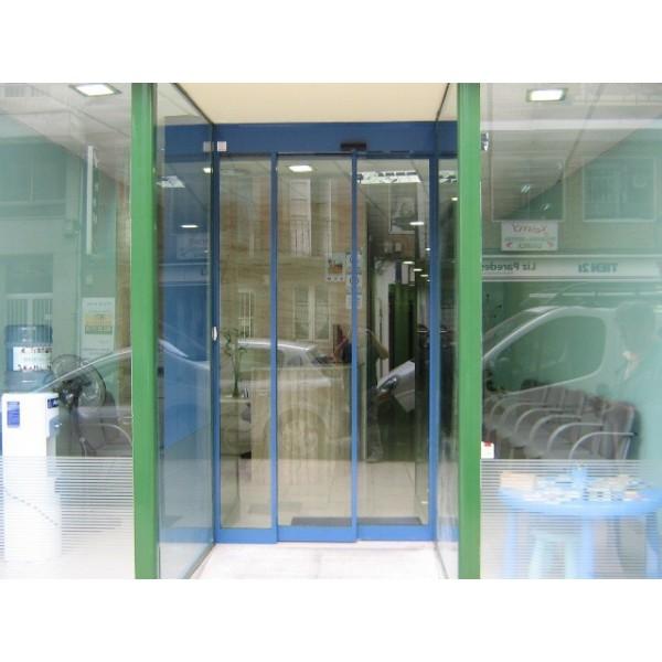 Puerta cristal telescópica en dos hojas móviles