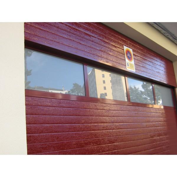 Detalle puerta seccional industrial acristalada