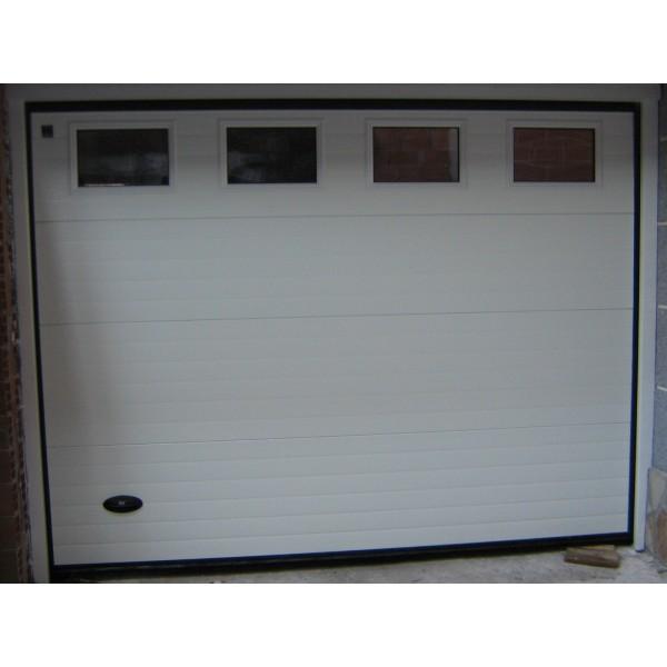 Puerta seccional con ventanas blanca
