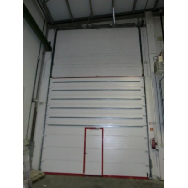 Puerta seccional industrial con puerta peatonal y gu as for Puerta industrial