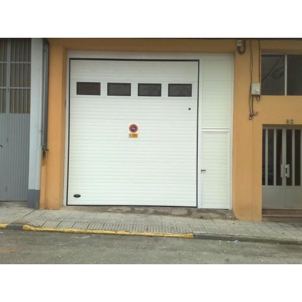 Puerta seccional industrial ventanas y puerta peatonal anexa