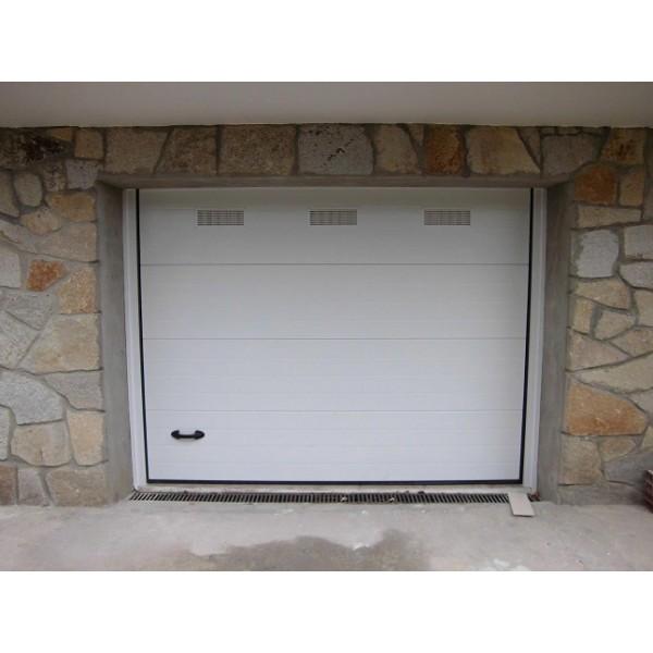 Puerta seccional residencial con ventilación color blanco