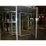 Sistema antipánico puerta cristal giratoria tres aspas