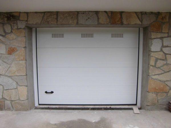 Puerta seccional residencial RAL 9016