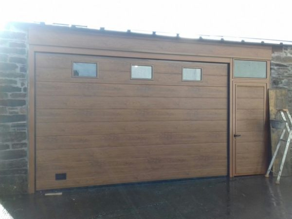 Puerta seccional residencial imitación madera clara 9016