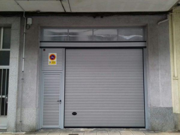 Puerta seccional residencial RAL 9006