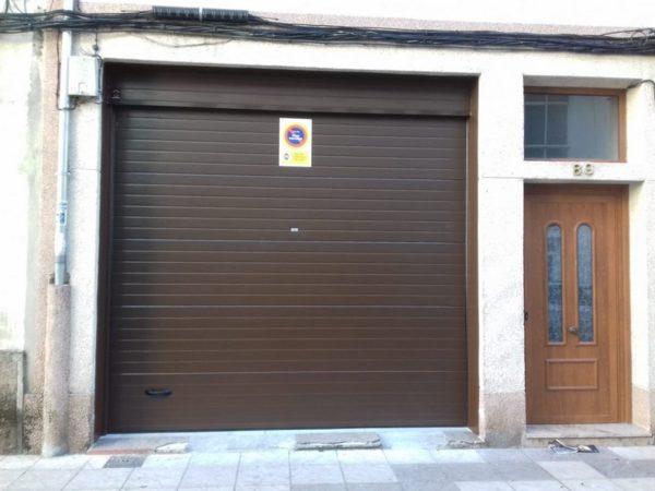 Puerta seccional residencial RAL 8014