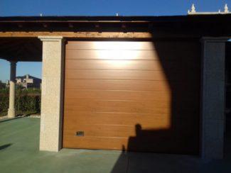 Puerta seccional residencial imitación madera clara