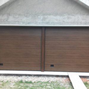Puerta seccional residencial imitación madera oscura