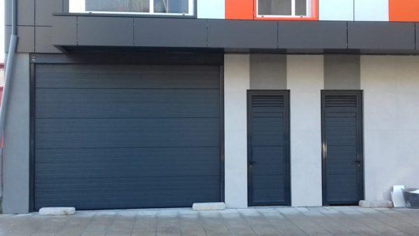 Puerta seccional residencial RAL 7016